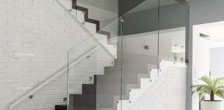 Sklenené zábradlie na balkón alebo schodisko: Exkluzívna voľba, ktorá sa vám nezunuje!
